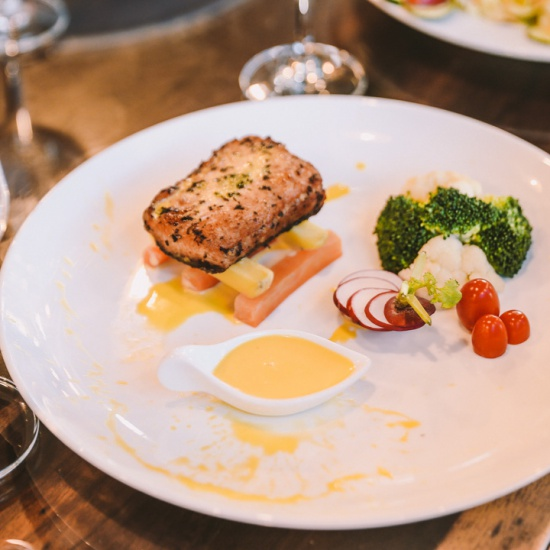 Salad cá hồi chanh dây được Ngọc Hương Seafood chế biến hấp dẫn